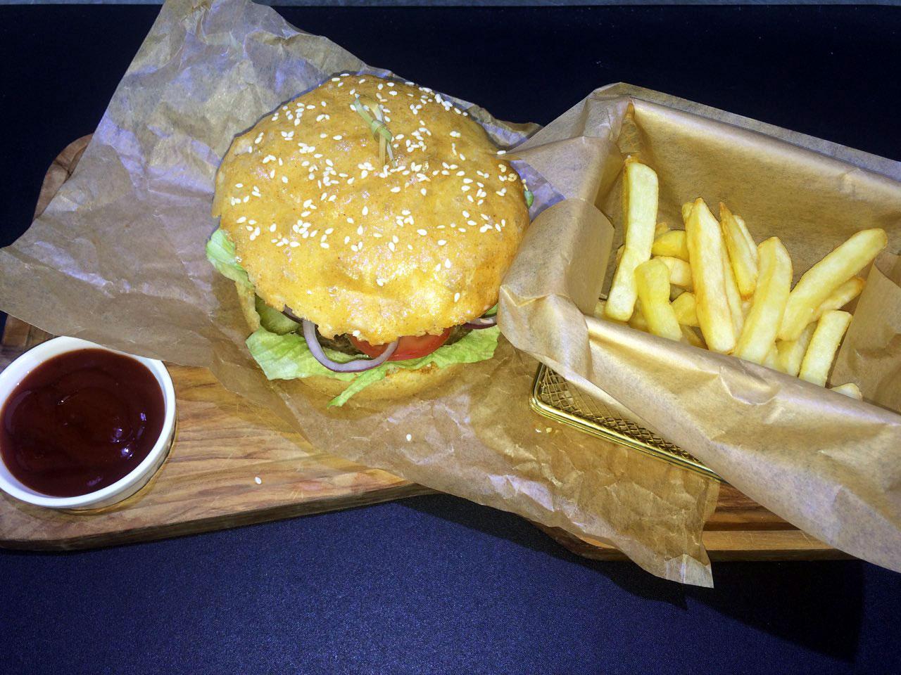 Гамбургер - в ресторане Аннам Брахма в Оренбурге