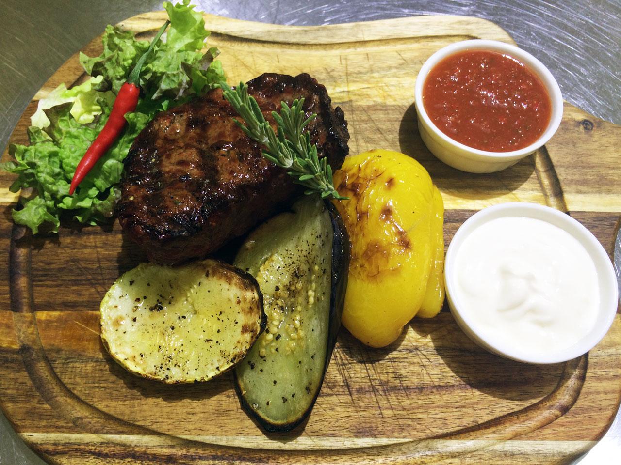 Стейк филе-миньон с овощами гриль - ресторан Аннам Брахма в Оренбурге