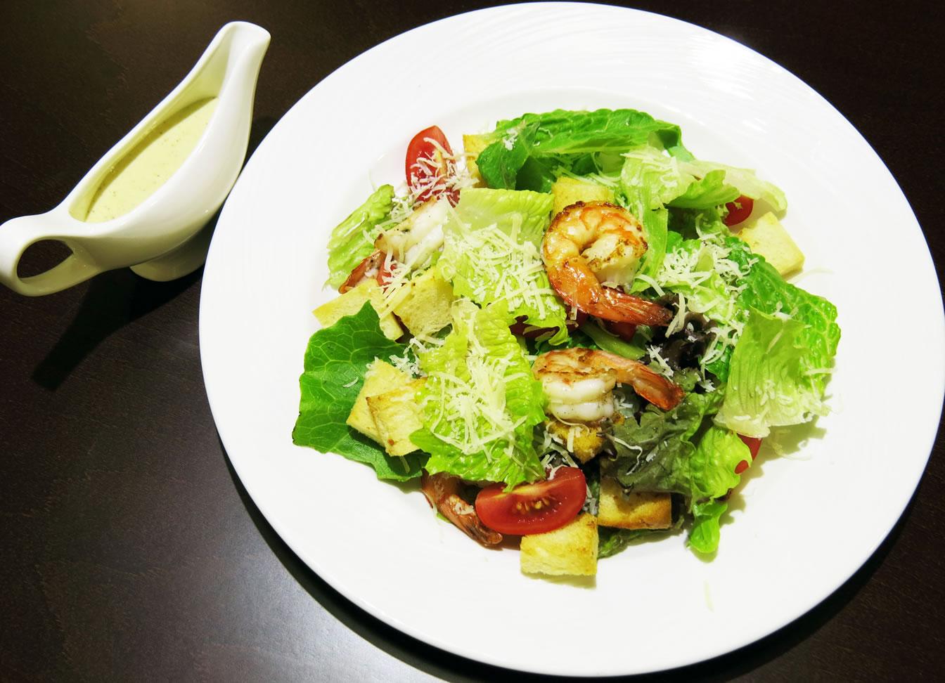 салат Цезарь с креветками ресторан Аннам Брахма в Оренбурге