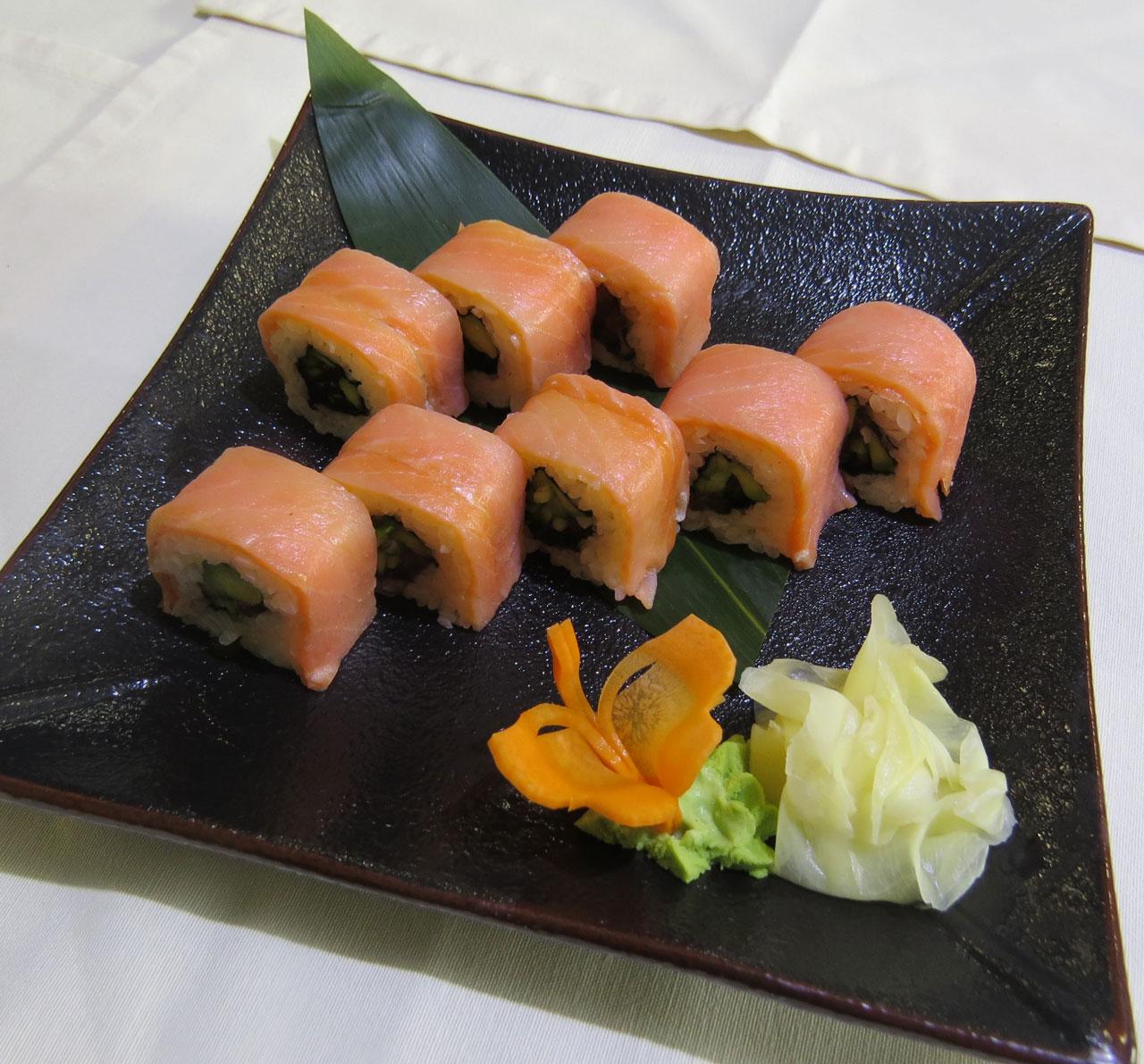 Сяке Кунсей Маки Ролл с копченым лососем и красной икрой. Ресторан Аннам Брахма в Оренбурге