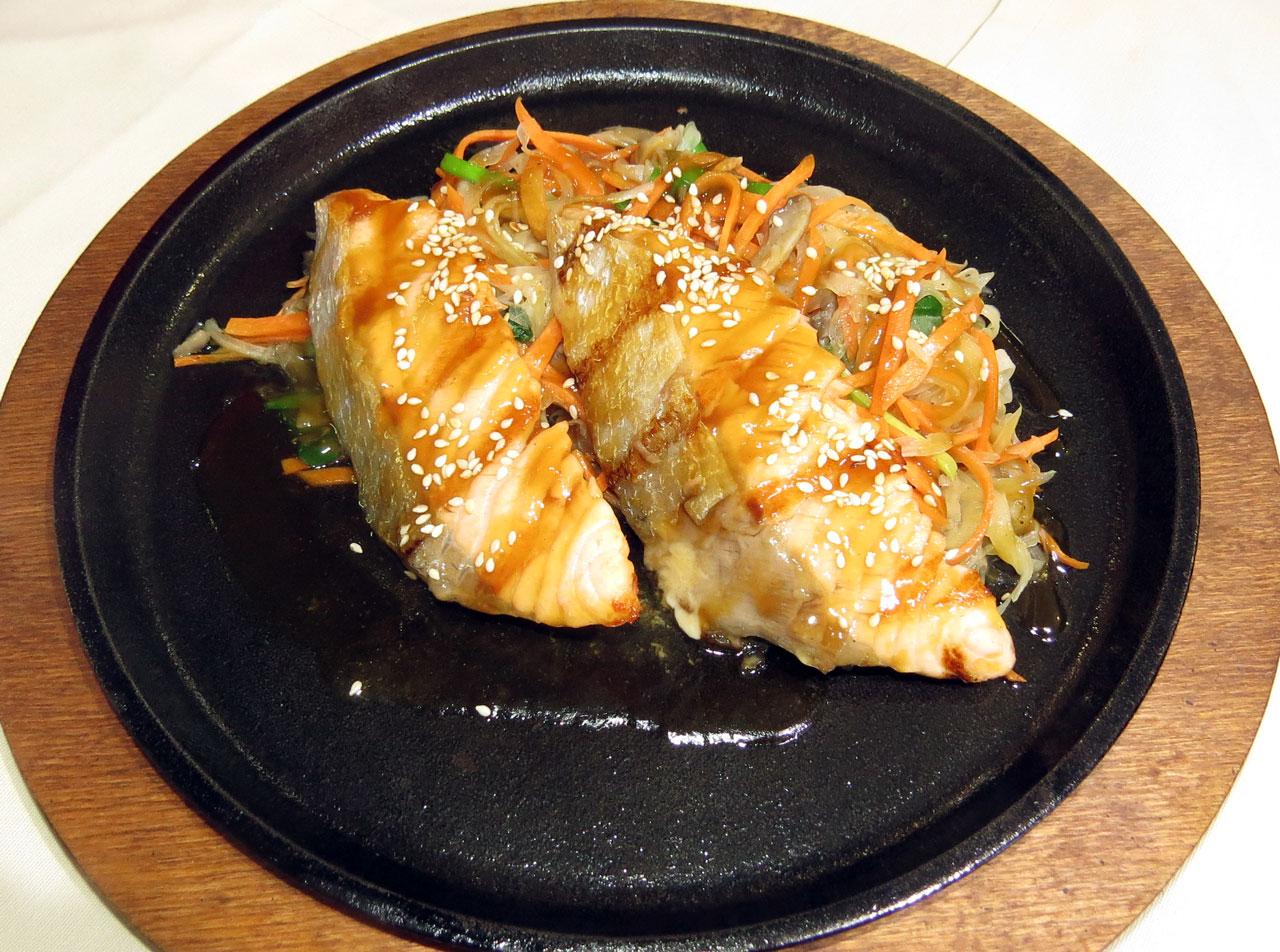 Сяке Терияки Жаренное филе лосося с овощами в соусе терияки. Ресторан Аннам Брахма в Оренбурге