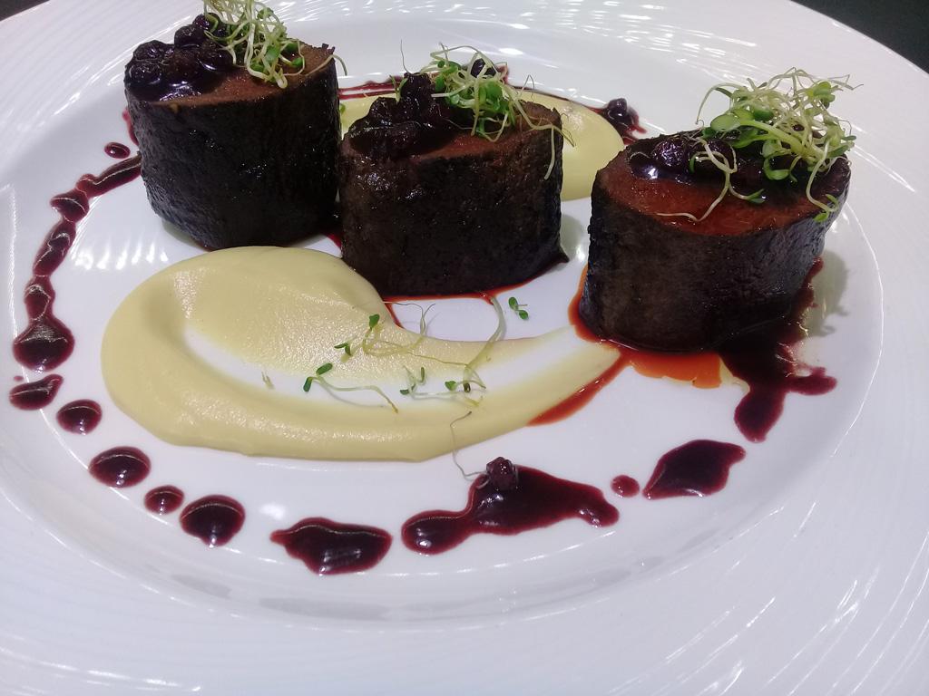 Вырезка из оленины в клюквенном соусе - ресторан Аннам Брахма в Оренбурге